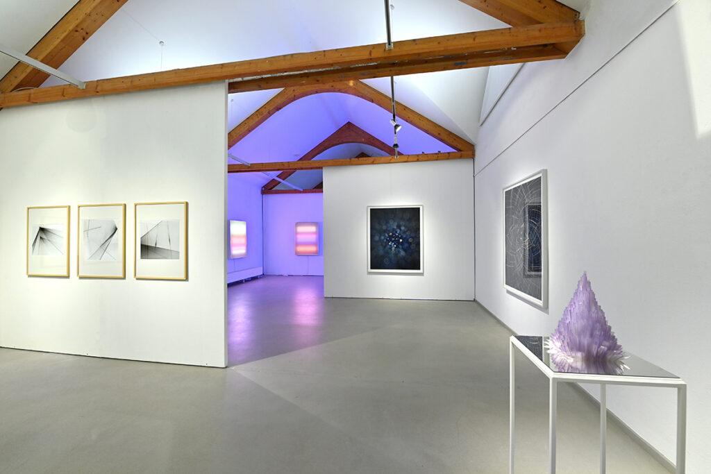 Blick in die Ausstellung mit Arbeiten von Rainer Plum, Betty Rieckmann und James Nizam (v.l.n.r.)