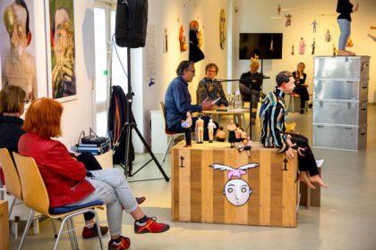 Lesung des Autors/Künstlers Volker März in der Kunststation am 12.7.2020 (Mikroanlage, 2 Boxen, Bildschirm im Hintergrund, auf dem ein Künstler-Film lief.  Das Mischpult ist auf dem Foto nicht zu sehen.)